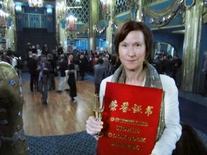 """Britt Karlsson vid prisutdelningen """"världens bästa vinbok för professionella"""", med priset i handen"""